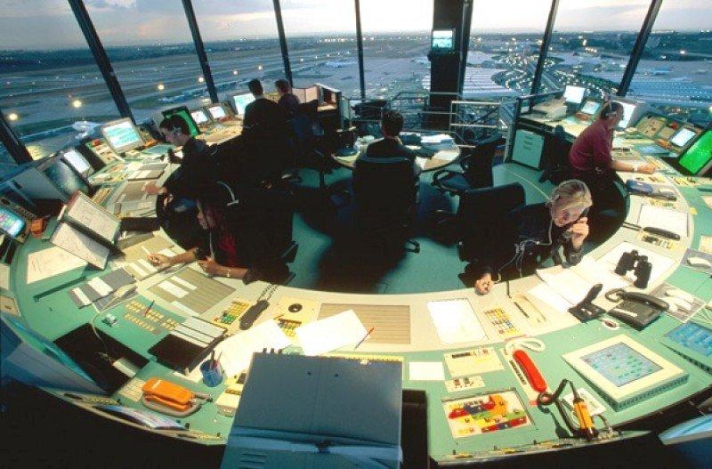 Torre de control aéreo del Aeropuerto Charles de Gaulle.