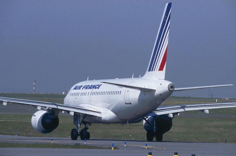 Air France aumenta a la mitad los vuelso cancelados en el medio radio, la red que recibe el mayor impacto de la huelga de controladores.
