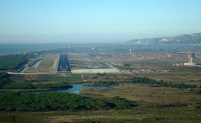 Competencia cuestiona el impuesto de Cataluña a las emisiones de la aviación comercial