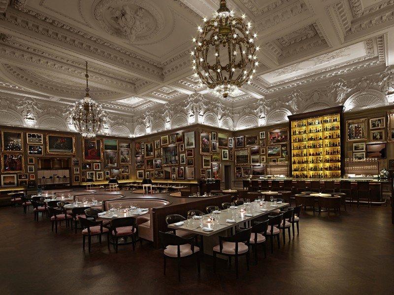 En los restaurantes, incluso en los hoteles de gama alta, las mesas son amplias para fomentar la interacción entre los millennials. En la imagen, el London Edition Hotel.