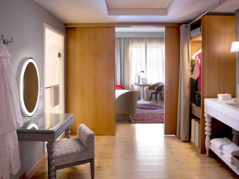 En el Virgin Hotel Chicago las puertas correderas separan la habitación del baño, del vestíbulo y del armario.