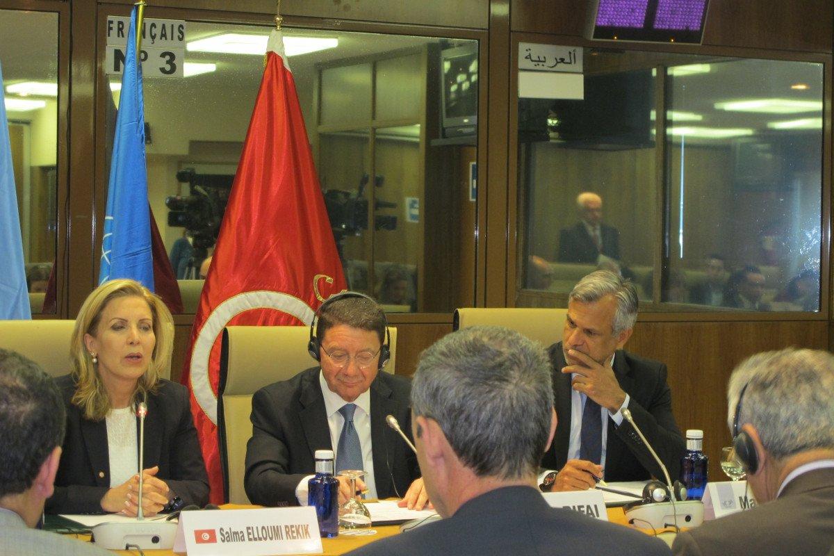La ministra de Turismo de Túnez ofreció una rueda de prensa en la sede la OMT, en Madrid, acompañada por el secretario general de esta organización, Taleb Rifai.