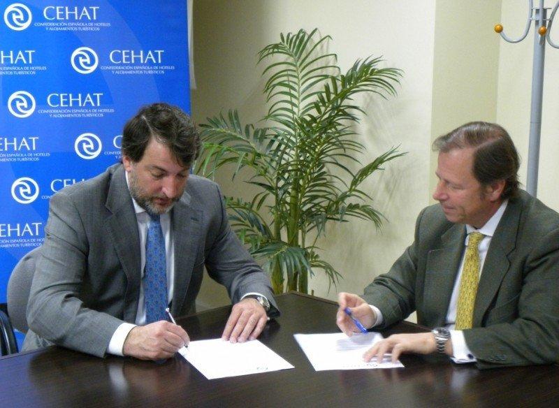 De izq. a dcha, Fernando Díez, en representación de Impuestalia, y Ramón Estalella, de CEHAT, firman el acuerdo de colaboración entre ambas entidades.