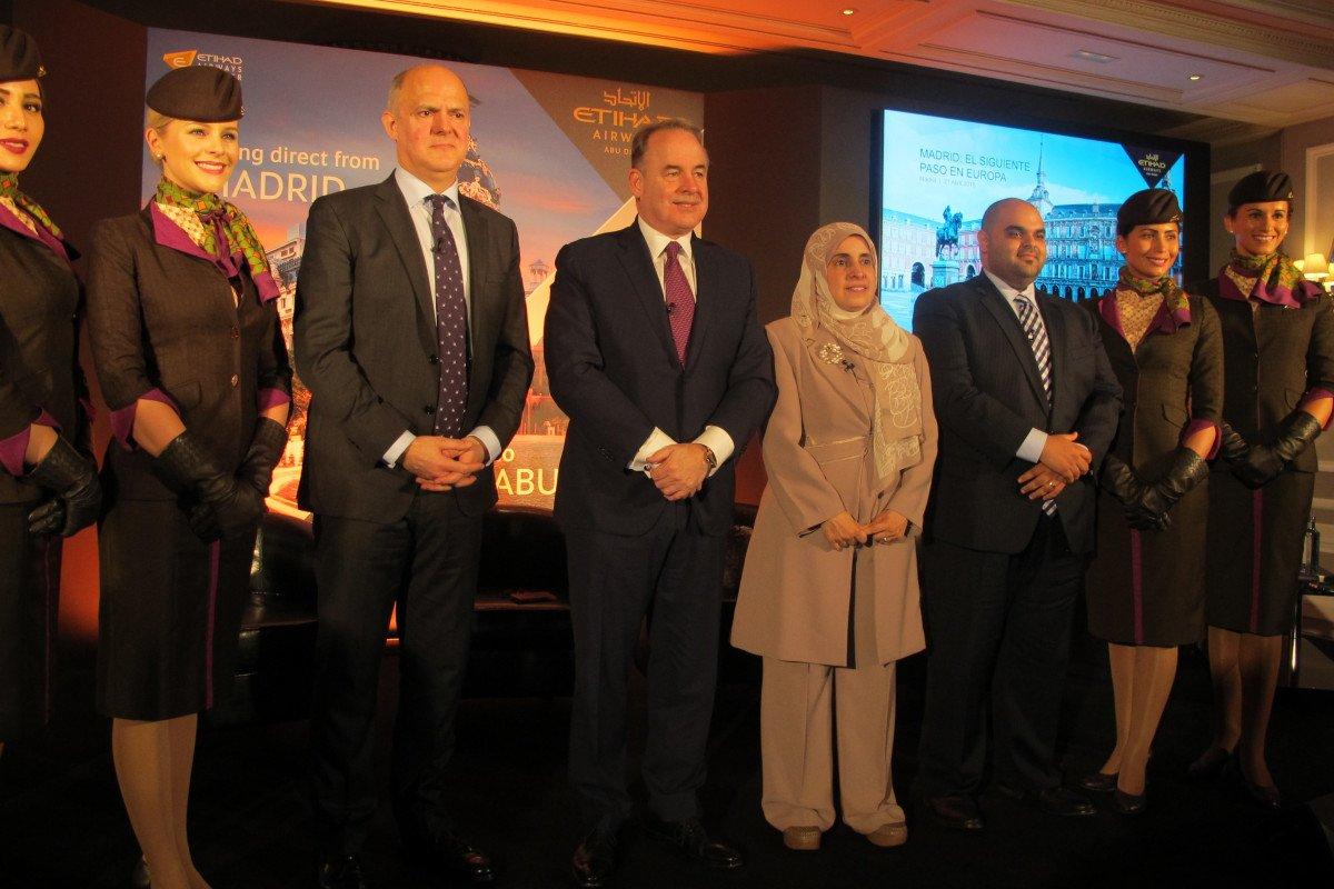 El presidente y CEO de Etihad, James Hogan, en el centro. A su izquierda, Jordi Porcel, director para España, y a la derecha la embajadora en nuestro país y el vicepresidente de ventas de la aerolínea.