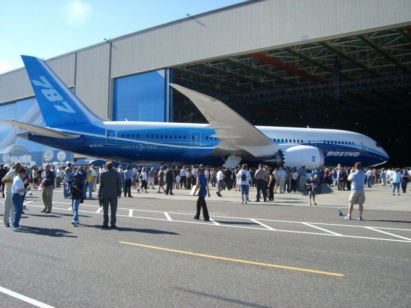 Boeing gana un 38,4% más en el primer trimestre, hasta 1.245 M € (en la foto, la salida d eplanta del B787 Dreamliner).