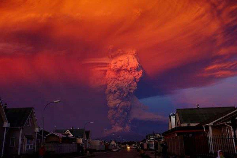 Otra vista de la enorme columna de humo, cenizas y materiales (foto: Efe).