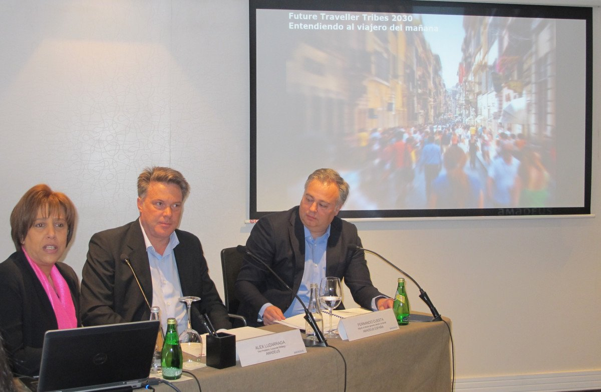 Alex Luzarraga, senior vice president de Corporate Strategy en Amadeus, en el centro, con Fernando Cuesta, director comercial de Amadeus España, y Malek Nejjai, responsable de Comunicación de Amadeus.