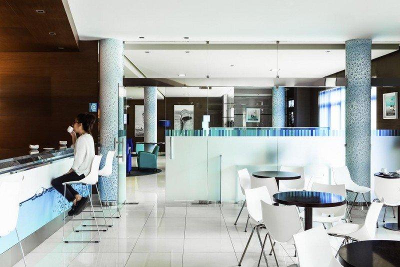 En el Ibis Styles A Coruña, habitaciones y zonas comunes están tematizadas con el concepto del agua, tan presente en el destino.