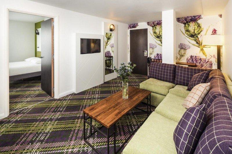 El Ibis Styles de la plaza de St. Andrew en Edimburgo reúne en su decoración las tradiciones escocesas.