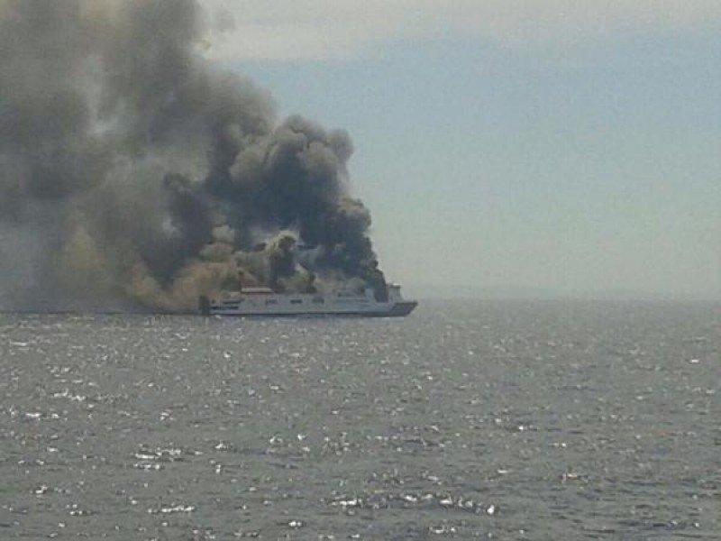 Evacúan por un incendio un ferry de Trasmediterránea (foto: @SucesosIB /Twitter).