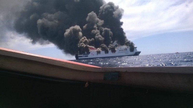 Ante la intensidad del incendio, se decidió evacuar a la totalidad de pasajeros y tripulación en las balsas salvavidas.