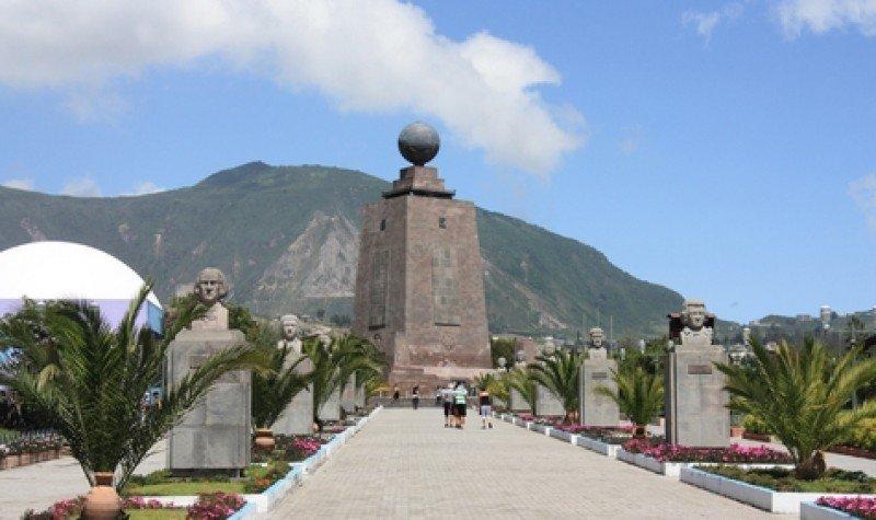 La Mitad del Mundo, uno de los atractivos cerca de Quito. #shu#