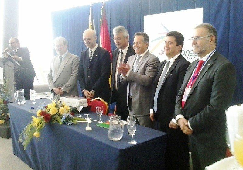 Autoridades de Amaszonas y del gobierno uruguayo en el vuelo inaugural de Amaszonas a Montevideo en diciembre 2014.