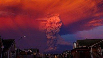 El volcán entró en erupción el miércoles y durante la madrugada de este jueves su actividad tomó mayor energía. (Foto: EFE).