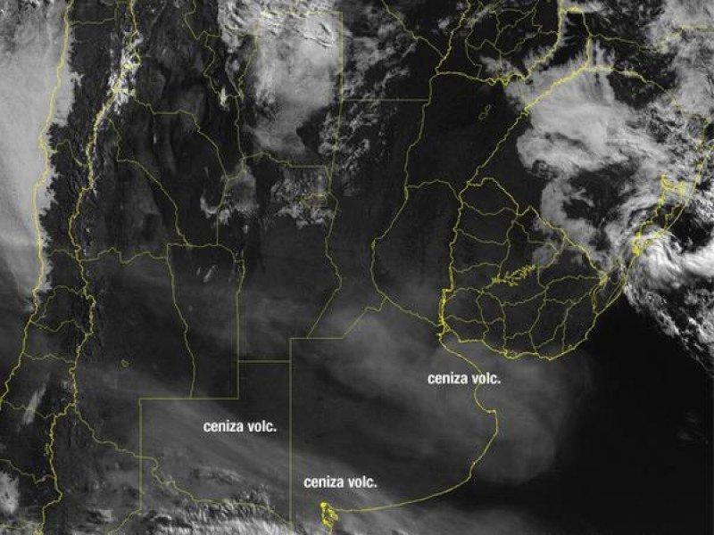 Las cenizas del volcán Calbuco se aproximan al Río de la Plata y podrían afectar en mayor medida el tráfico aéreo en Buenos Aires y Montevideo.