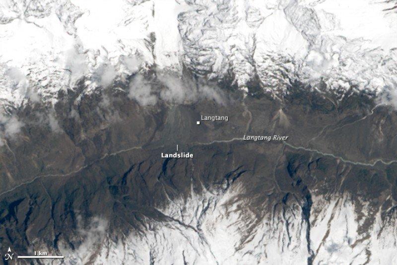 Fotografía por satélite facilitada por la NASA, del pasado 30 de abril, donde puede observarse la avalancha que se produjo en el valle de Langtang, Nepal.