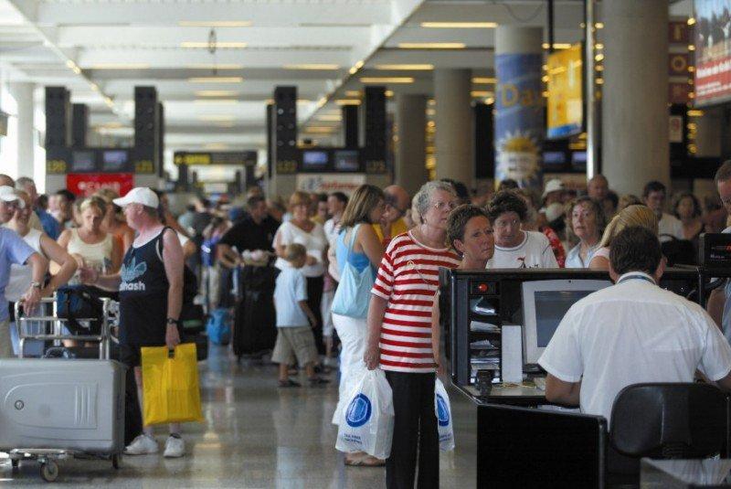 Aena se reúne este lunes con la patronal de aerolíneas para definir las tasas de 2016