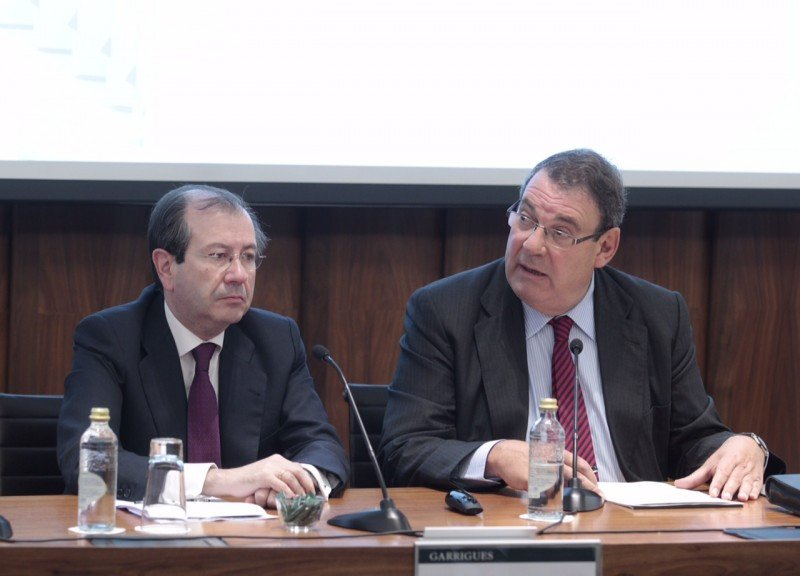 De izq. a dcha, Fernando Vives, presidente ejecutivo de Garrigues; y Joan Molas, presidente de CEHAT, en la inauguración de la jornada.