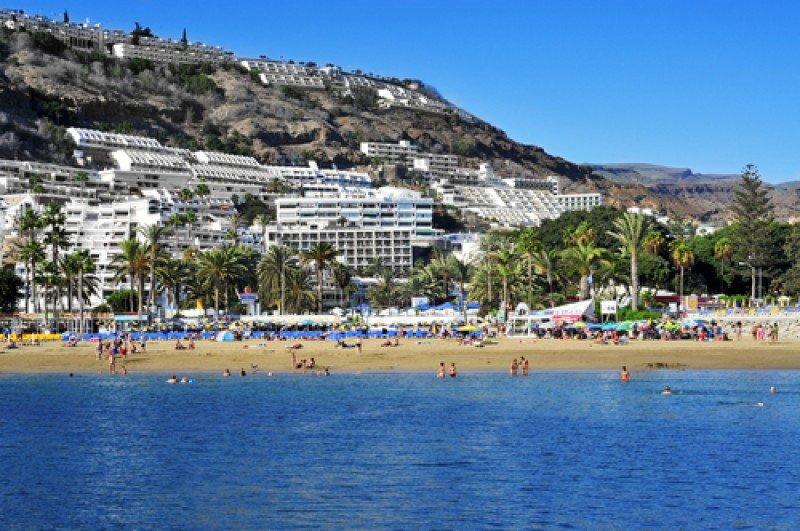 Hoteles y apartamentos en una playa de Gran Canaria. #shu#