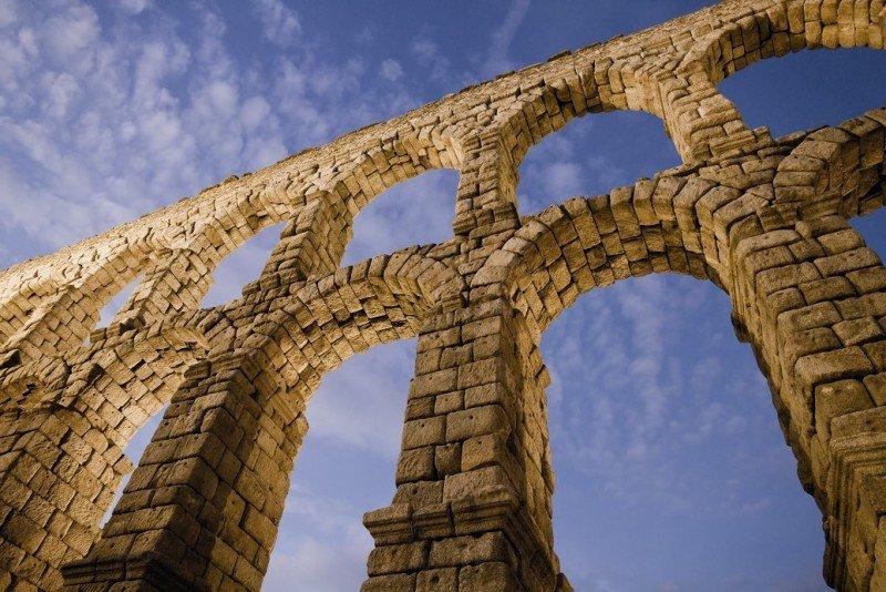 El Acueducto de Segovia, localizado en la emblemática plaza del Azoguejo, es el símbolo distintivo de la ciudad, capital de la provincia del mismo nombre.