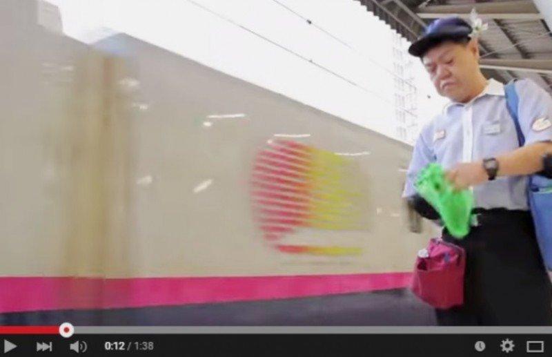 Los japoneses limpian el tren bala en siete minutos (vídeo)