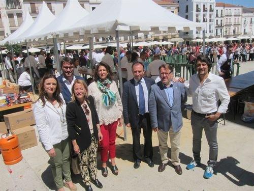 Isabel Borrego, con el consejero de Turismo, Víctor del Moral; la directora de Turismo, Elisa Cruz, y la alcaldesa de Cáceres, Elena Nevado. Foto Europa Press