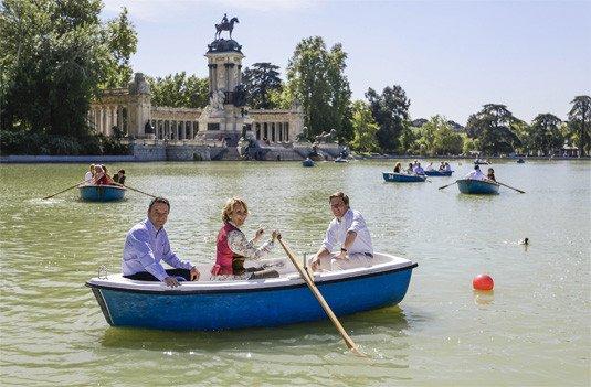 Esperanza Aguirre, en el estanque de El Reitoro, durante la campaña electoral.
