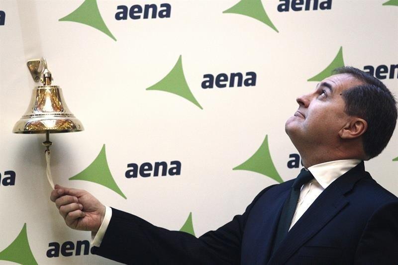 El pasado mes de febrero, el preseidente de Aena hacía el tradicional toque de campana que anuncia la salida a Bolsa de la entidad (Foto de archivo).