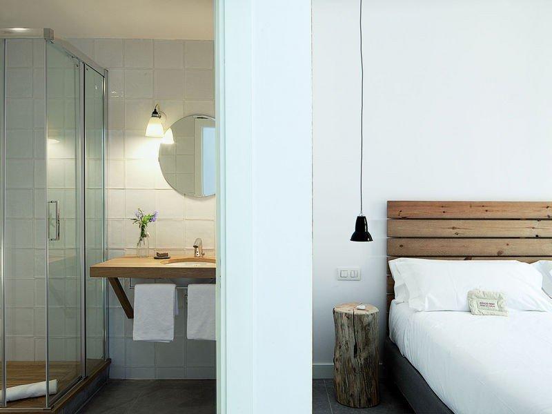 Las 26 habitaciones del Hostal Grau han sido decoradas por su propietaria y una amiga experta en diseño de interiores.