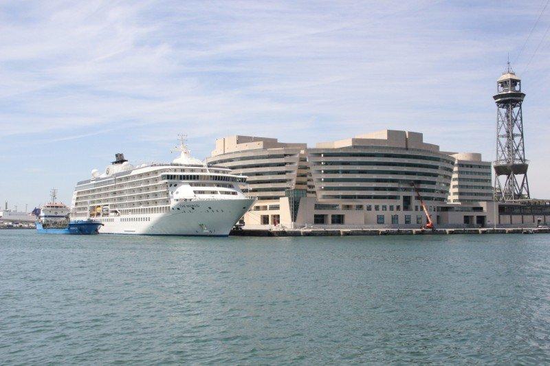 El crucero de lujo The World atracado en Barcelona.