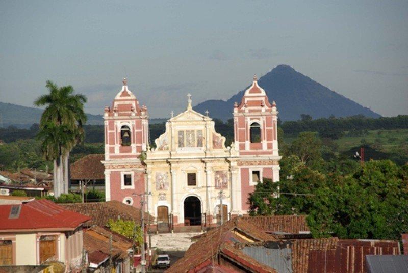 Ciudad colonial de León, en la ruta nicaragüense de los volcanes. #shu#