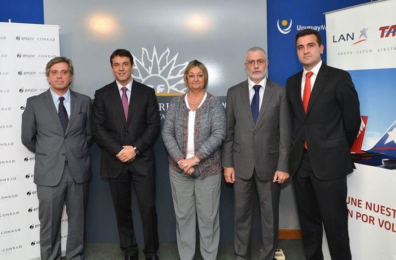 Autoridades de LATAM, Enjoy Conrad, el Ministerio de Turismo y el Aeropuerto de Punta del Este en la presentación del acuerdo.