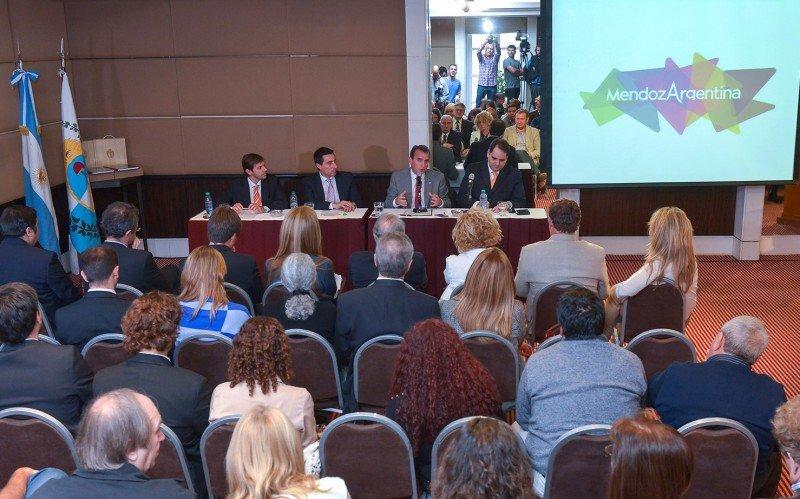 El gobernador de Mendoza, Francisco Pérez, encabezó la presentación del vuelo directo Mendoza-Sao Paulo. (Foto: Gobierno de Mendoza)