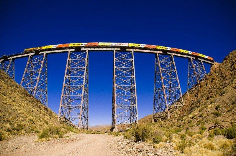 El Tren a las Nubes parte de Salta capital hacia  el viaducto de La Polvorilla a 4.220 metros sobre el nivel del mar.