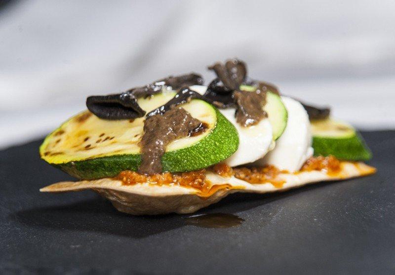 Iberia ha creado un nuevo concepto en torno a la dieta medietarrénea como esta coca de calabacín con queso tierno, setas y aceite de trufa.