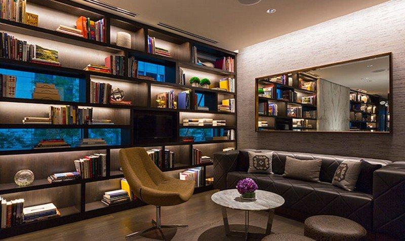En los hoteles Hyatt Centric los grandes lobbies se han sustituido por zonas con libros y revistas que ofrecen al cliente una visión del destino. En la imagen, el establecimiento de Chicago.