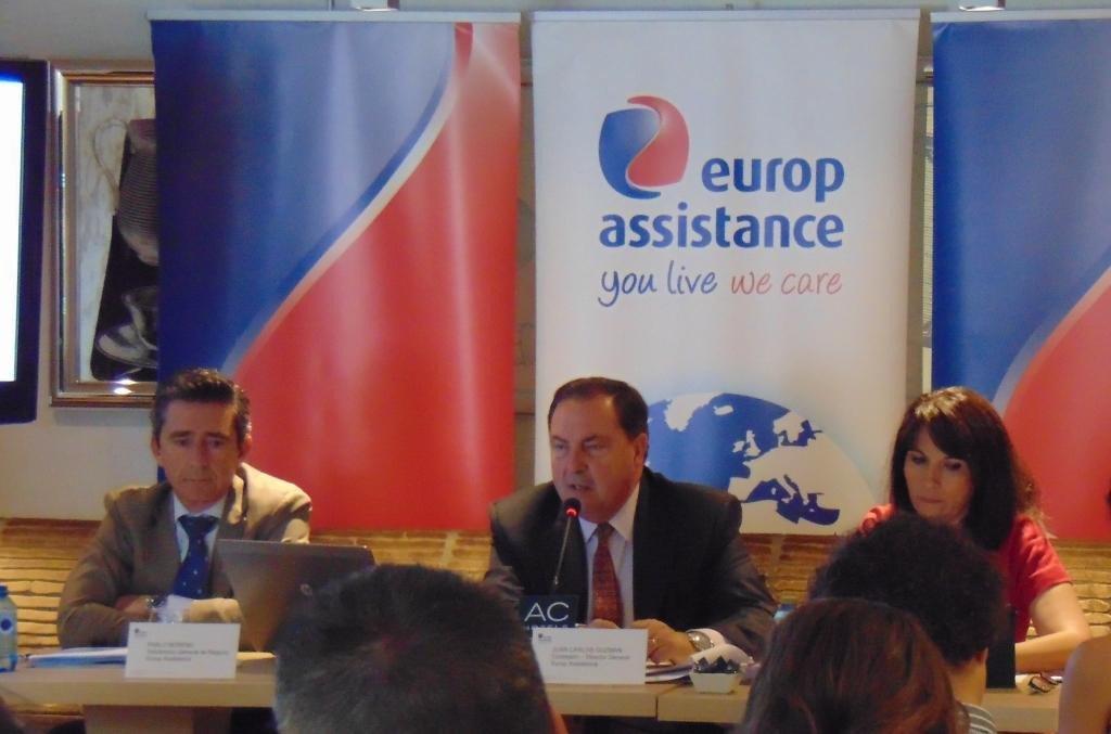 De izquierda a derecha, Pablo Moreno, subdirector general y director comercial; Juan Carlos Guzmán, consejero y director general, y Pilar Nieto, responsable del área de viajes.