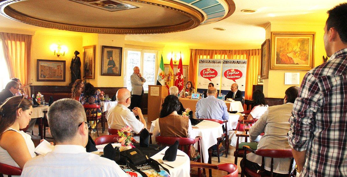 Presentación de Expotur, que contó con la presencia de su fundador, Walter Rubio –en el centro-, Verónica Molinari, responsable de prensa del Enit en España, y  el presidente de  la Federación de Extremeños en Madrid, Nicolás Batalla.