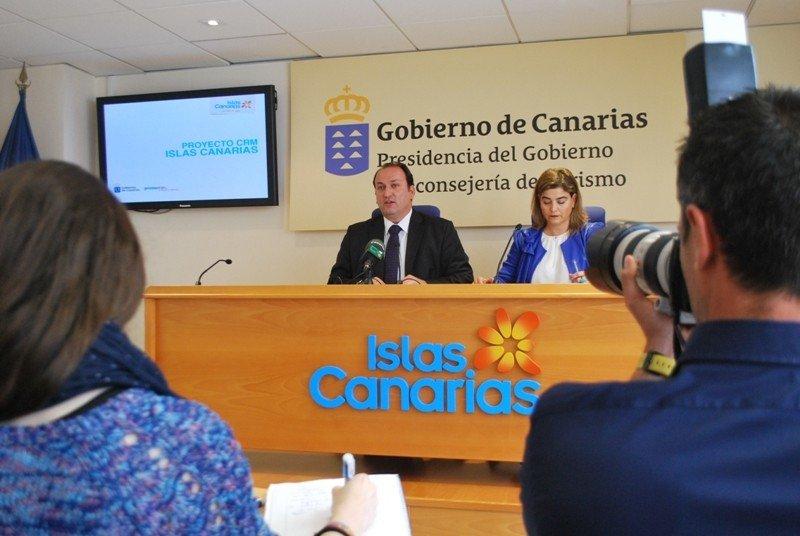 Ricardo Fernández y María Méndez, en la presentación de la nueva herramienta de CRM.