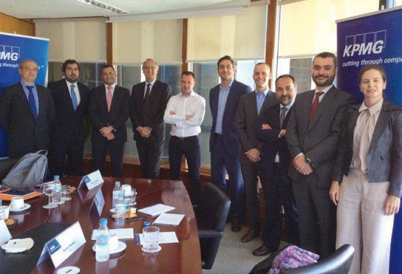 Los representantes de Meliá, Riu, Barceló, Room Mate y Paradores posan con los miembros del Sector Turismo y Ocio de KPMG en España.