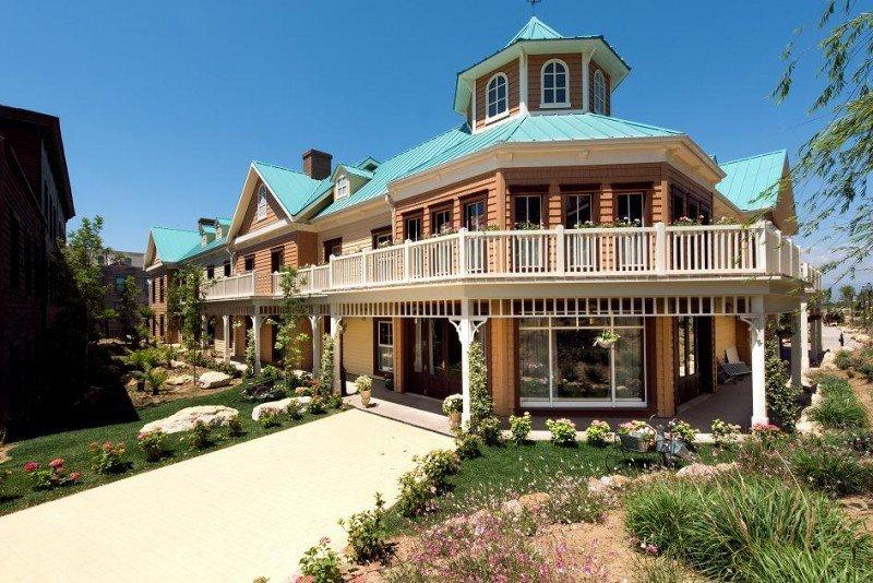 El nuevo edificio de dos plantas imita las construcciones de estilo lodge de la América de finales de siglo XIX.