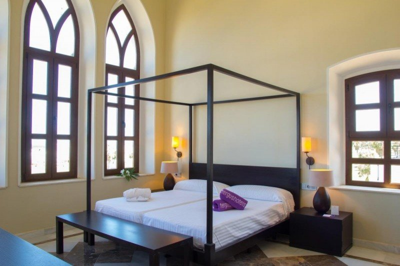 El establecimiento dispone de 140 habitaciones, spa, sala de fitness, salones de reuniones, restaurante y bar cafetería.