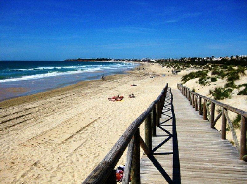Soltour estrena este verano la ruta a la Costa de Cádiz. En la foto, una playa de Chiclana, localidad de Cádiz.