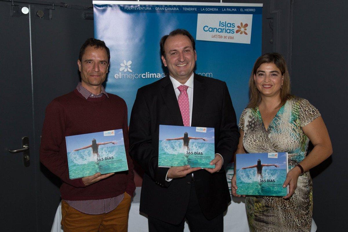 El meteorólogo Carlos Cabrera -a la izquierda- acompañó a Ricardo Fernández de la Puente y a María Méndez en la presentación del libro en Madrid.