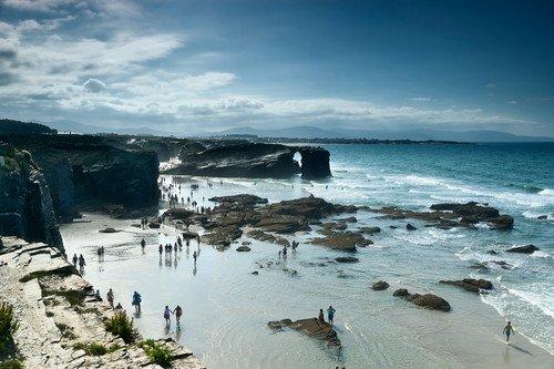 La playa de las Catedrales ha llegado concentrar 12.000 personas en un día. #shu#