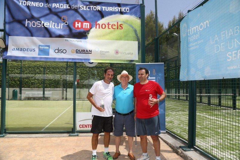 Pedro Prats y Óscar Diéguez de HM Hotels, segundos clasificados junto a Joaquín Molina editor de Hosteltur.