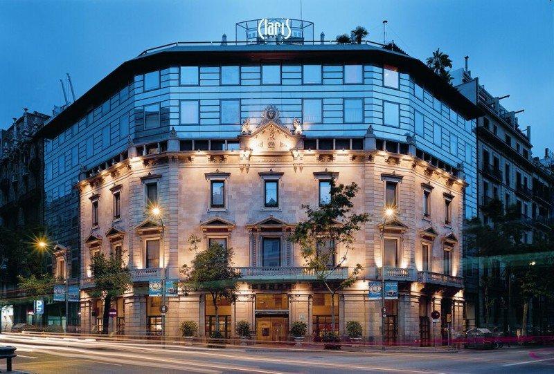 El hotel conserva la fachada original neoclásica.