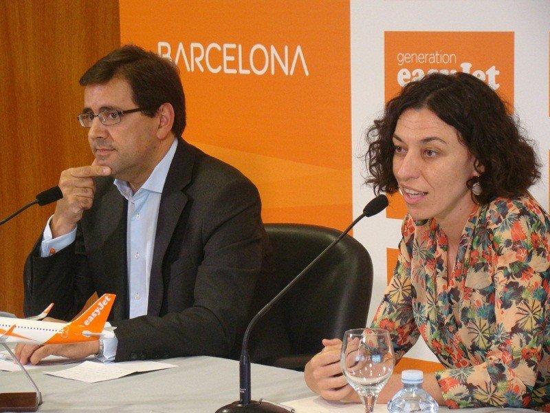 El director general de la low cost británica en España, Javier Gándara; y la directora del Aeropuerto de Barcelona-El Prat, Sonia Corrochano.