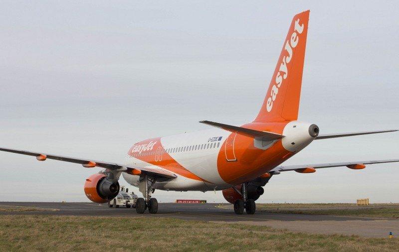 Un Airbus A320 de easyJet con la nueva imagen de marca.