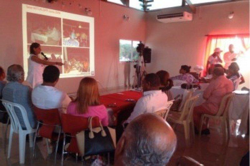Maribel Villalona muestra el Plan a los presentes.
